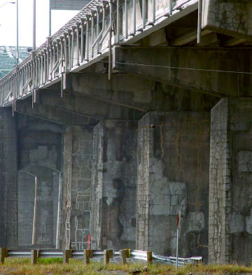 Photo showing cracked, crumbling concrete structures that support the Champlain Bridge